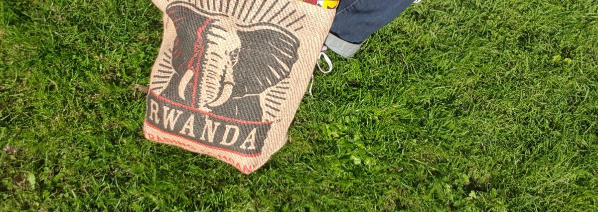 Sac modèle cabas confectionné sur mesure en surcyclant un sac de café du Rwanda